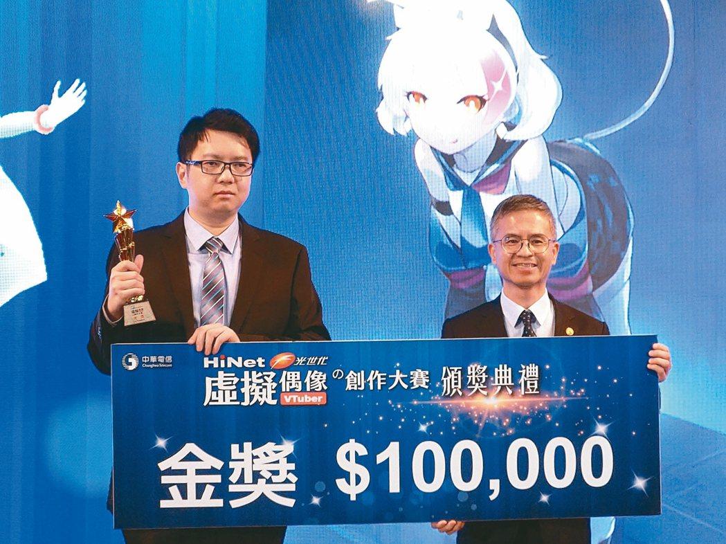 中華電信總經理郭水義(右)宣布跨足VTuber產業,由原創虛擬角色「光音凱伶」出...