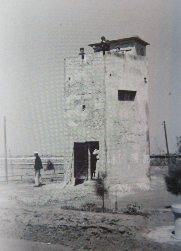 台灣鹽博物館中,陳列早年政府為了徵鹽稅的鹽警碉堡歷史照片。 報系資料照