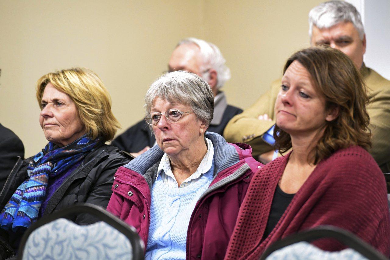 被害人的母親(中)與未婚妻(右)在現場聽萊茵斯的遺言。(美聯社)