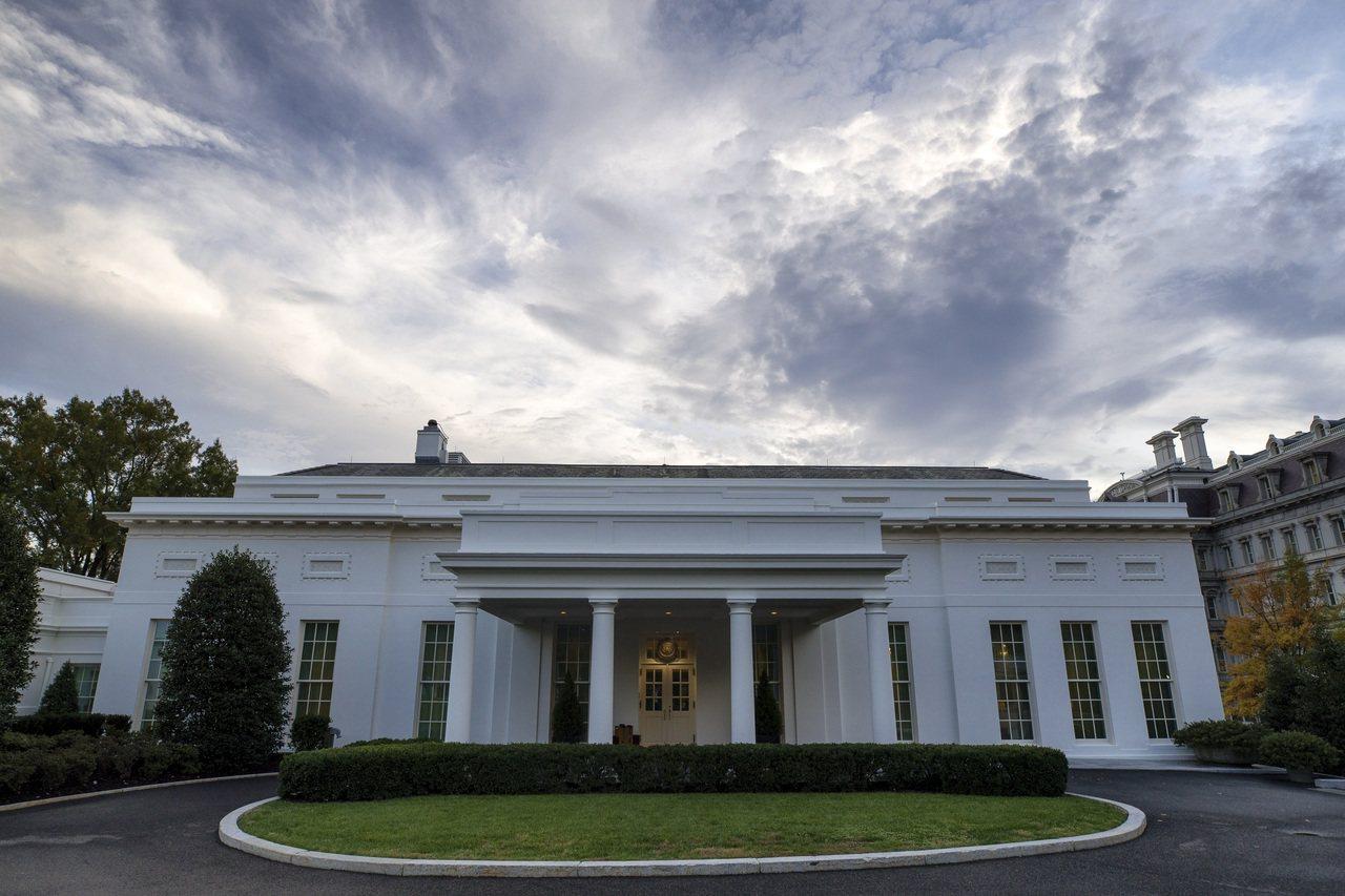 圖為白宮顧問和幕僚為川普總統商議對策的西廂辦公室。 美聯社
