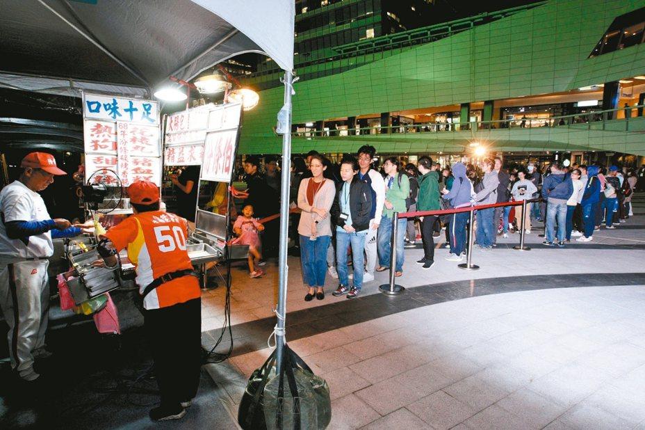 為幫中華隊加油,「Home Run Taiwan 轟吧!台灣」影片中30年球場攤販「汾條伯」陳憲問,也連續三天為現場球迷準備免費限量的「中華隊勝利」烤香腸。 圖/中國信託金控提供