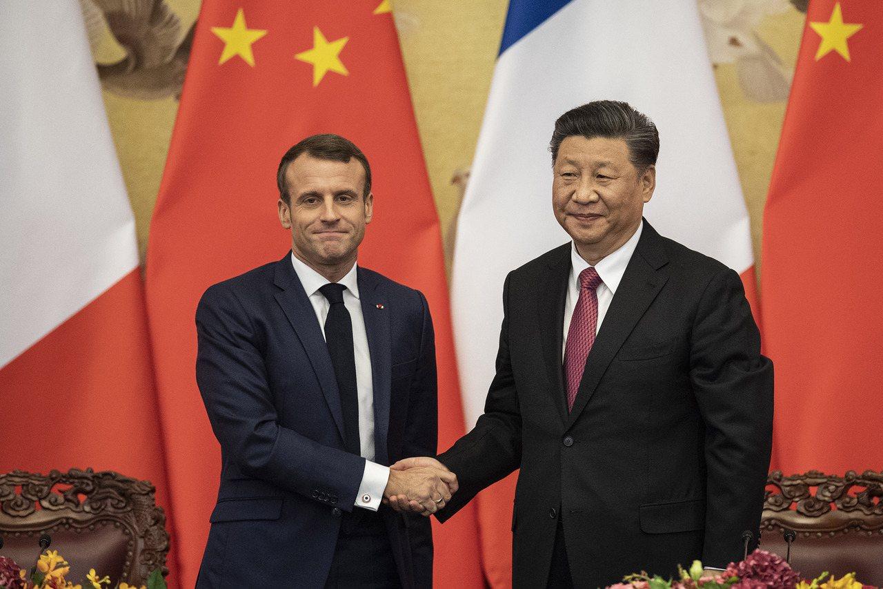美國本週向聯合國提交退出巴黎氣候協定的通知信函後,中國國家主席習近平(右)和法國...