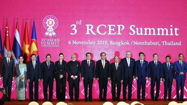 在印度決定暫不加入後,RCEP成員國宣布完成協商,預計明年簽署。圖為各國領袖在R...