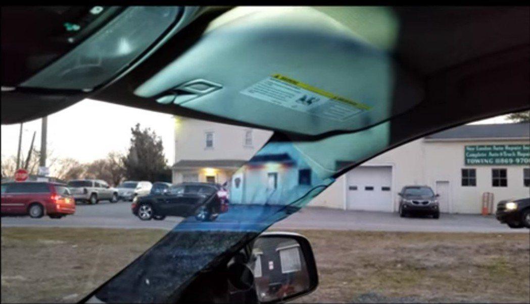 阿萊娜透過投影,讓A柱造成的視線盲區消失。圖擷自Youtube