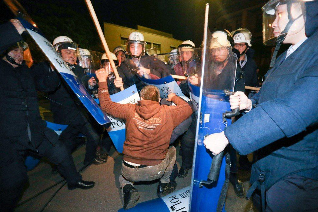 鎮暴警察包圍一名佔領行政院的民眾。 圖/聯合報系資料照