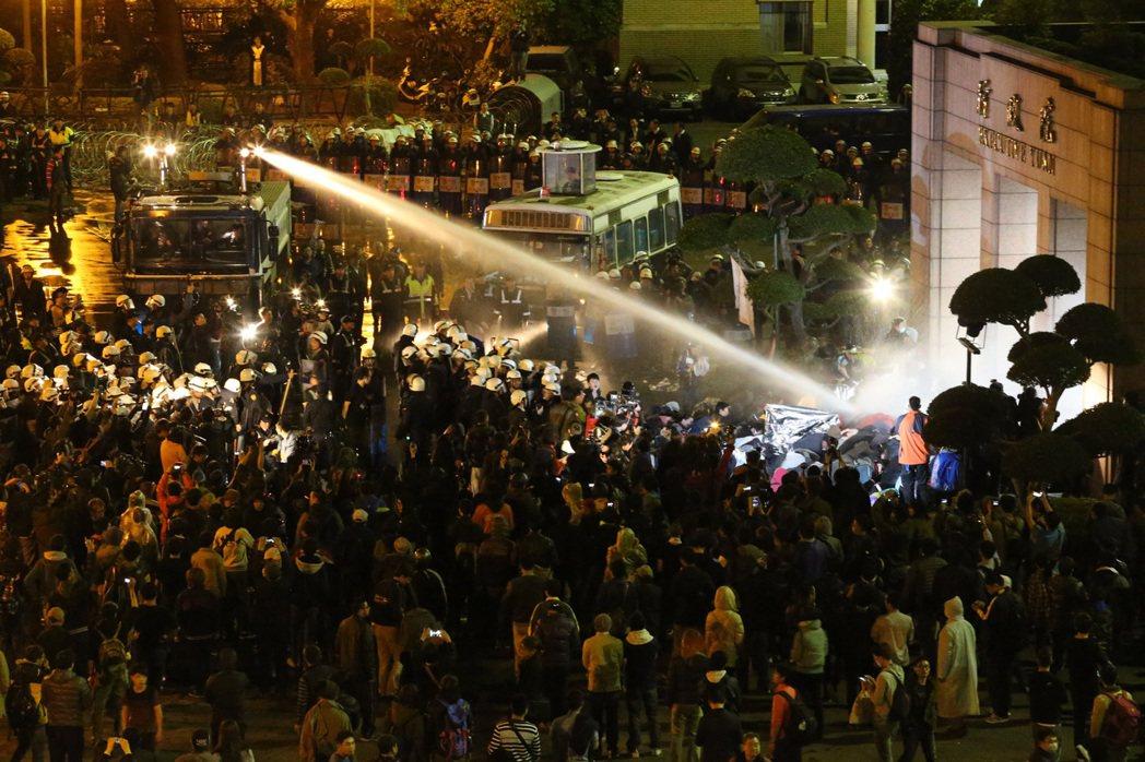 10月30日,台北地方法院就太陽花行政院驅離案正式做出宣判,台北市警察局需國賠14名原告總計111萬餘元。 圖/聯合報系資料照