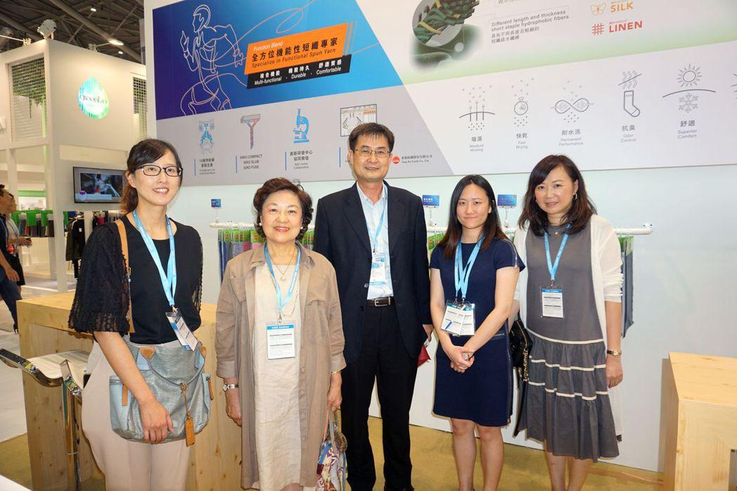 東和紡織董事長蔡淑櫻(左二起)、總經理張嘉亨帶領團隊積極開發新紗種、改善製程、及...