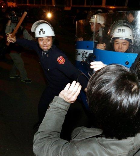 一名警察以警棍驅離佔領行政院的民眾。 圖/聯合報系資料照