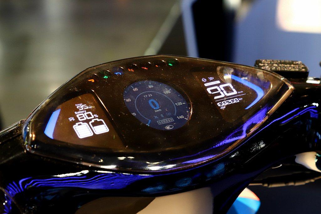 Noodoe車聯網可以讓騎士們查看手機即時訊息、得知天氣狀況。當電池進入低電量時...
