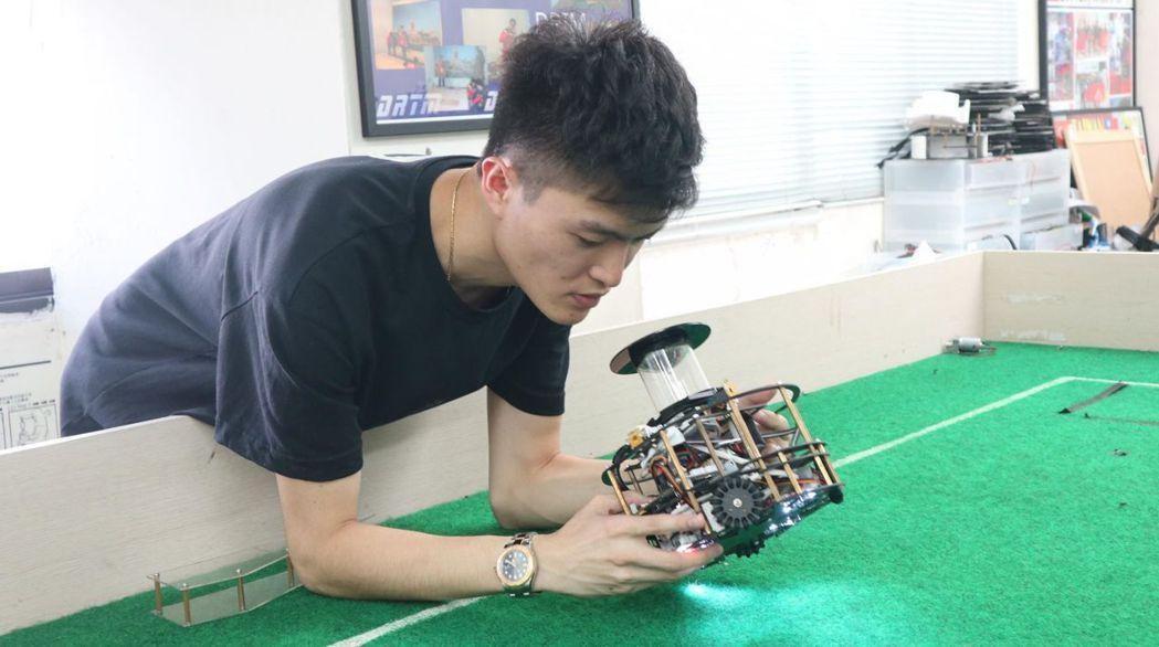 蘇寄偉以機器人競賽專才,經特殊選才管道進入清華大學,並參與實驗教育方案。 圖/張...