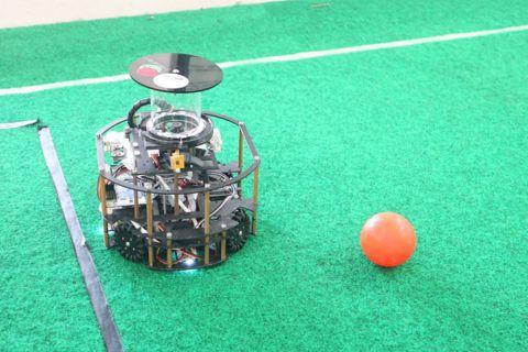 團隊自製的機器人。 圖/張瑋珊攝影