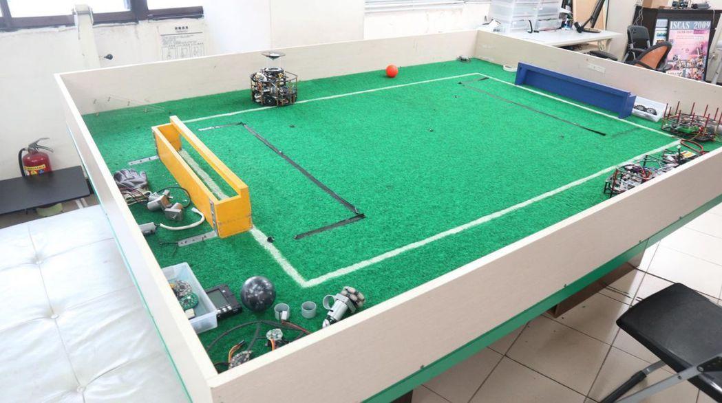 根據比賽規格打造的機器人足球場。 圖/張瑋珊攝影