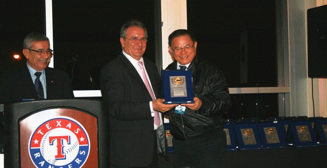 世界棒球總會會長Fraccari_頒贈彭誠浩先生「世界棒球貢獻獎」。 亞洲棒球總...