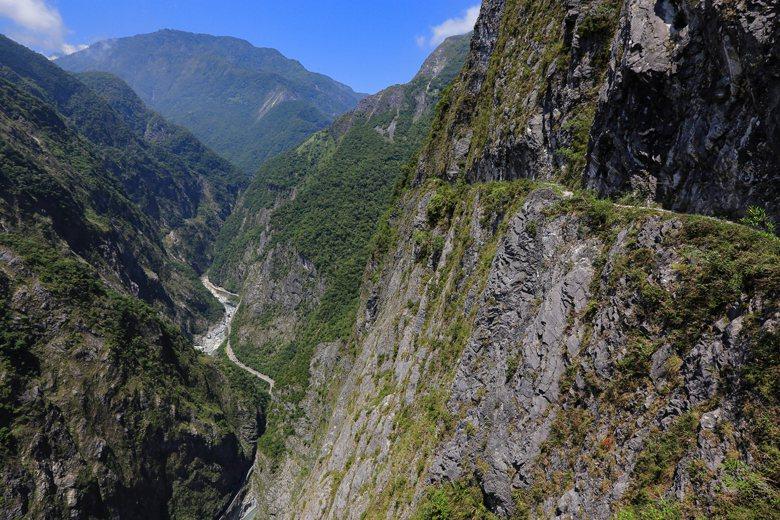 高崖上不設護欄的錐麓古道,政府的責任應該是有限的,才不會毀了這麼美的地方。 圖/作者自攝