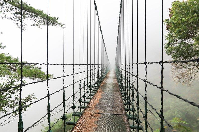 八通關古道東段,石洞吊橋。 圖/作者自攝