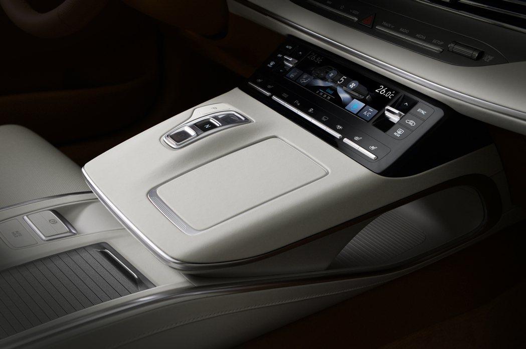 小改款Hyundai Grandeur採用了線傳排檔,並導入了可調整冷暖空調的觸...
