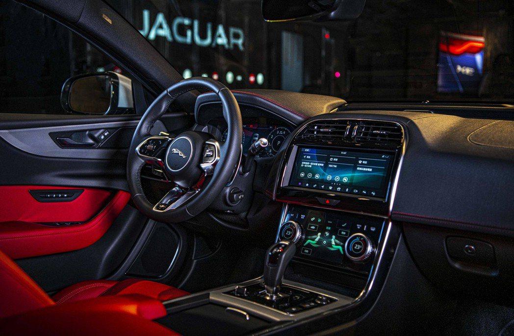 New Jaguar XE 擁有革新進化的跑車式座艙,延續Jaguar引以為傲的...