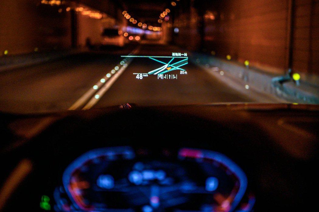 全新世代BMW 320i M Sport首發版升級全彩多功能「車況抬頭顯示器」,...