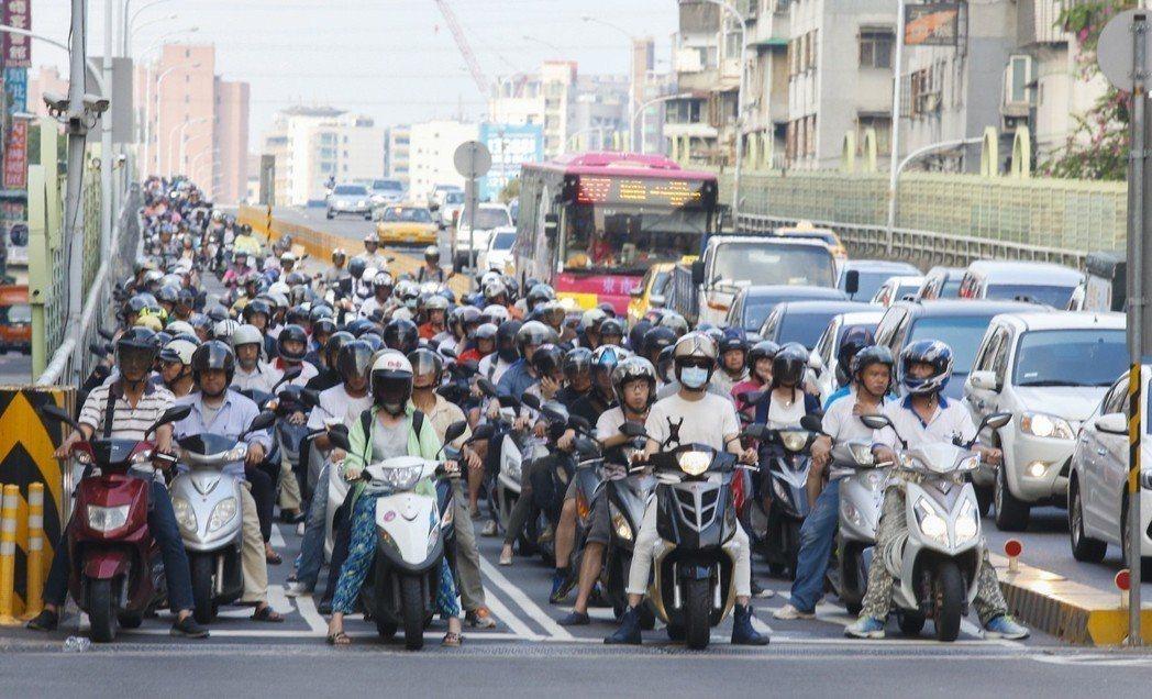 台灣民眾的生活總是缺不了機車。 聯合報系資料照
