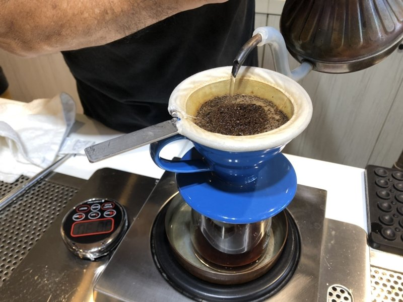 咖啡豆的重量、大小、密度、含水量與受熱和脫水的速度都需要拿捏精準。 圖/王駿杰攝...