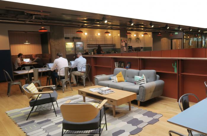 共享辦公室裡有舒適的討論空間,有雙人桌、小組、會面沙發 取自/英語島雜誌 Eng...