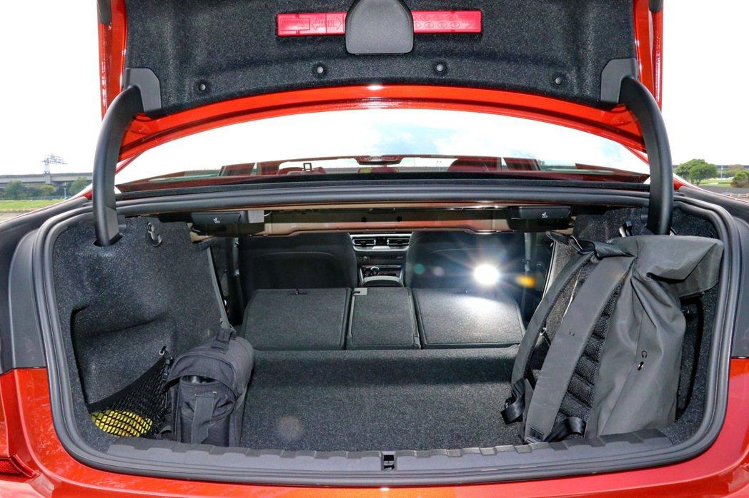 後車廂空間頗為平整,搭配後座椅背傾倒,已經可以滿足基本載物需求。 記者陳威任/攝...