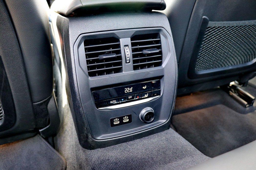 後座配有恆溫空調出風口並提供1個12V電源及兩個Type-C的連接埠。 記者陳威...