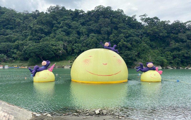 風景優美的碧潭水面許多月亮主題的大型裝置藝術,成功吸引眾多喜愛休閒生活需求的國人...