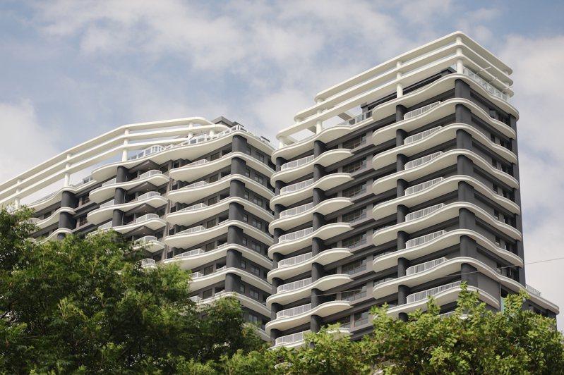 全白的30層優美建築和整個碧潭靈性山水相呼應,連國外的知名時尚雜誌,都以白派建築...
