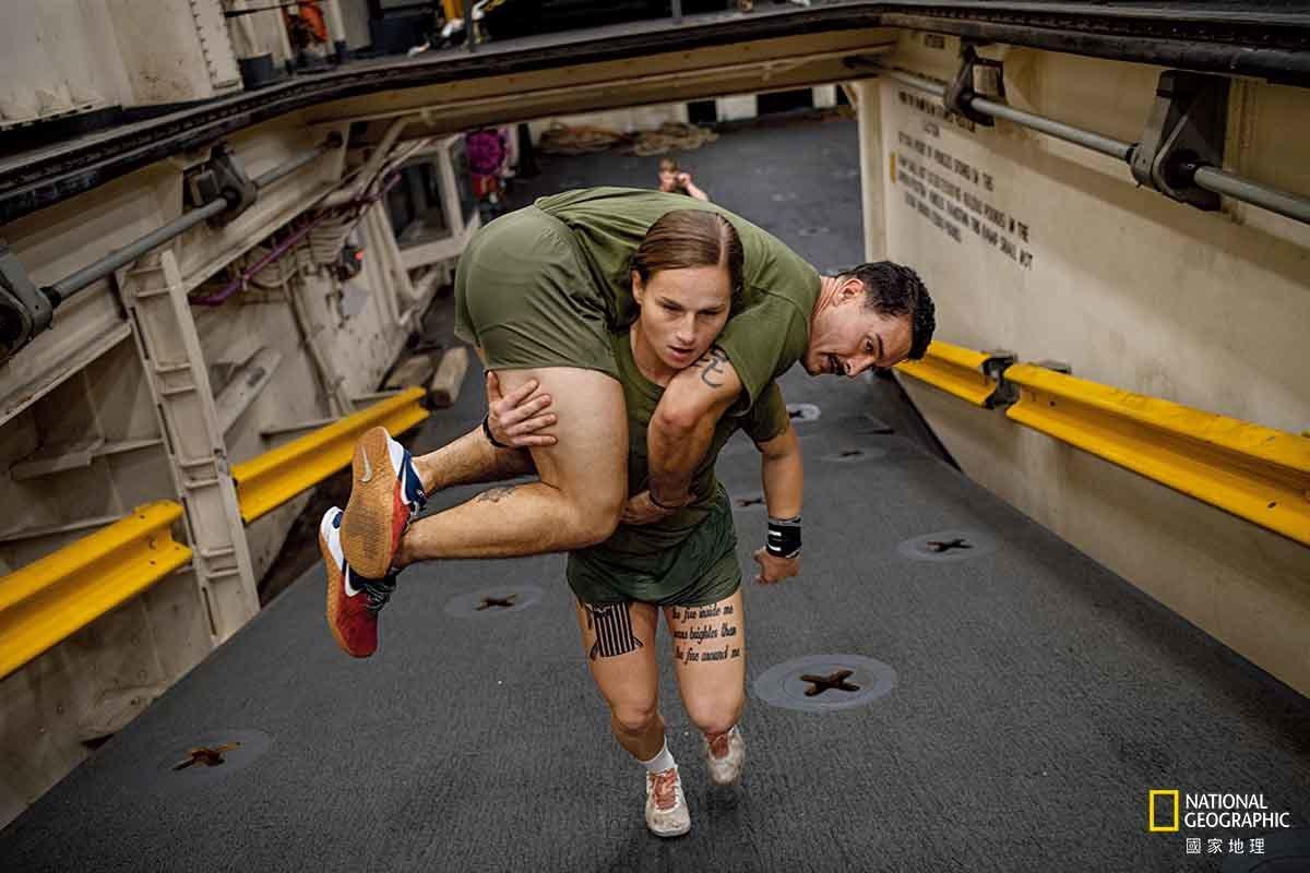 【美國】 必要時,海軍陸戰隊隊員必須能扛著同袍行動。在北卡羅萊納州勒瓊基地的海軍...