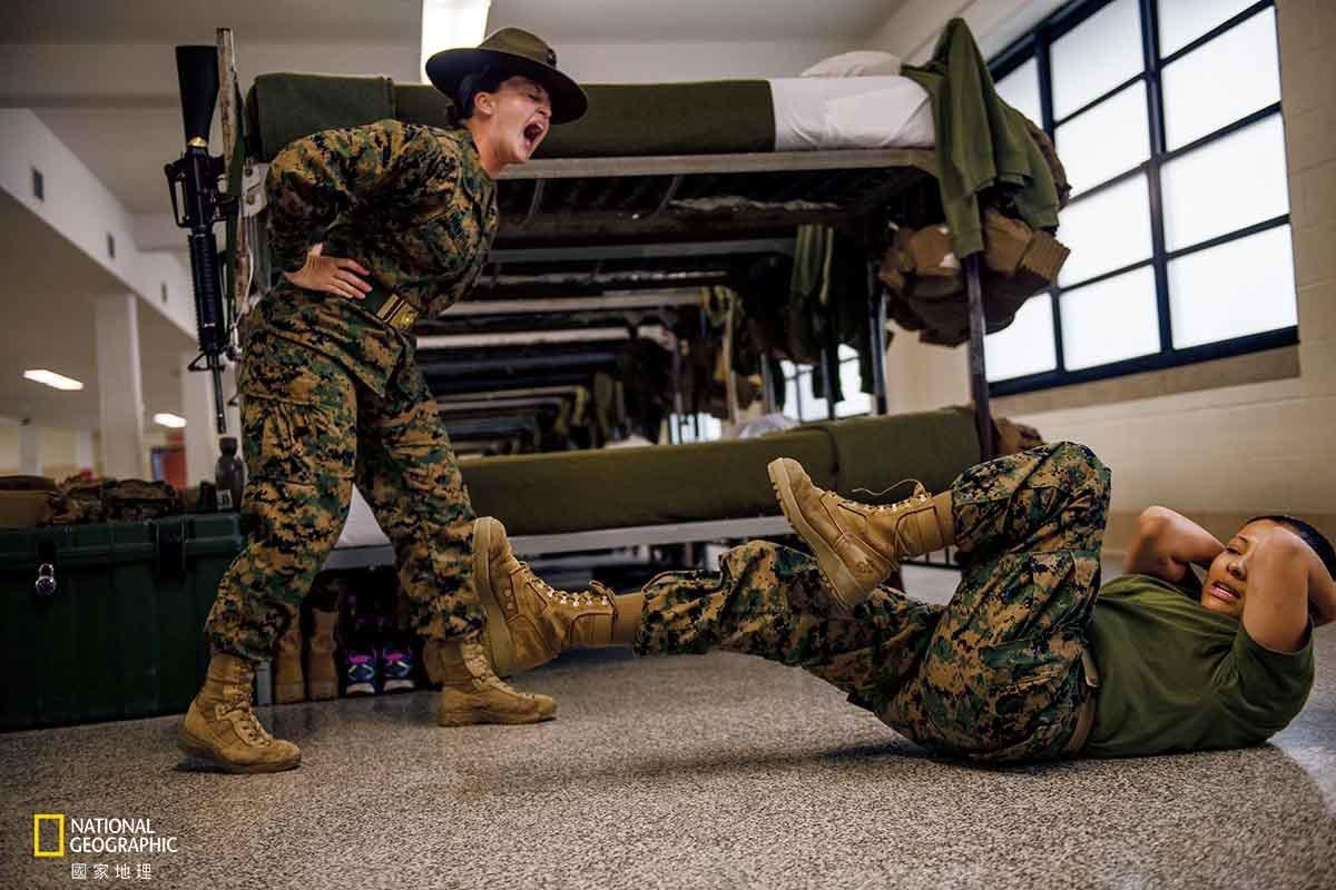 【美國】 懶散!門兒都沒有!26歲的美國海軍陸戰隊上士荷莉.莫維爾是帕里斯島訓練...