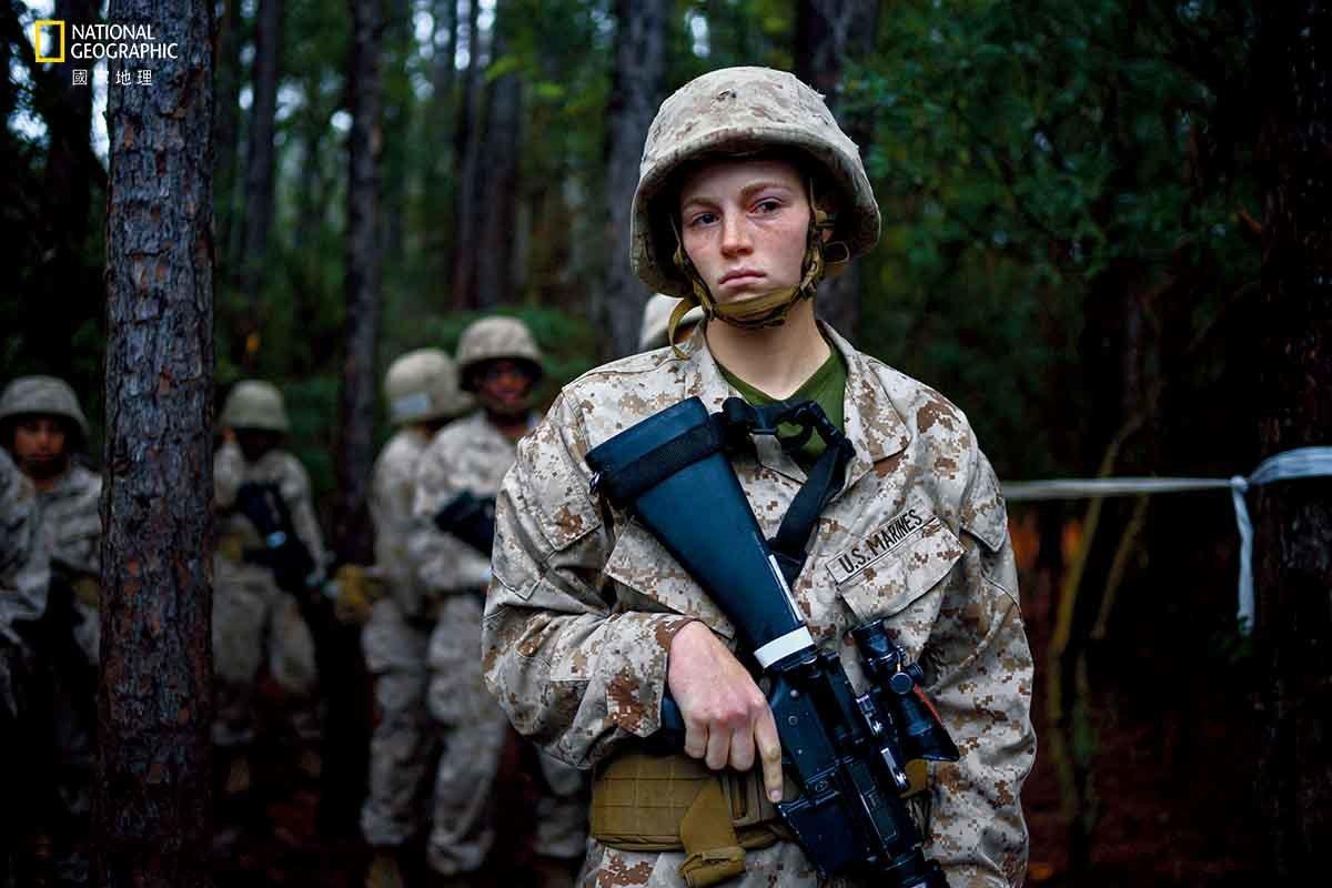 【美國】 19歲的美國海軍陸戰隊新兵達妮爾.卡梅斯在累人的帕里斯島最終訓練期間,...