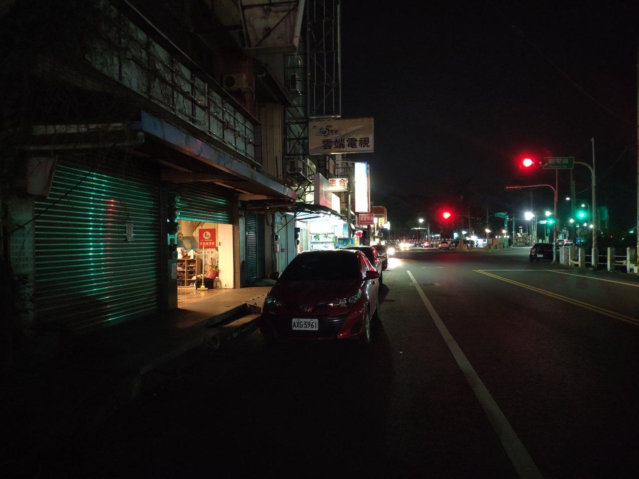 入夜後不到8點,南榮科大旁商家冷清。記者謝進盛/攝影