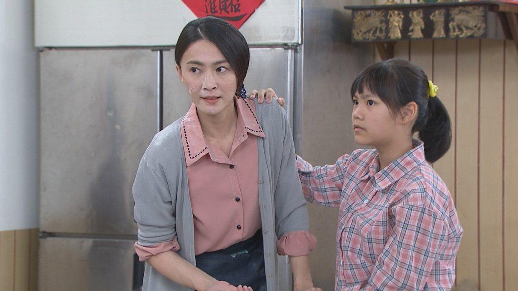 侯怡君(左)和飾演女兒的謝欣諭一起對抗小三。圖/民視提供