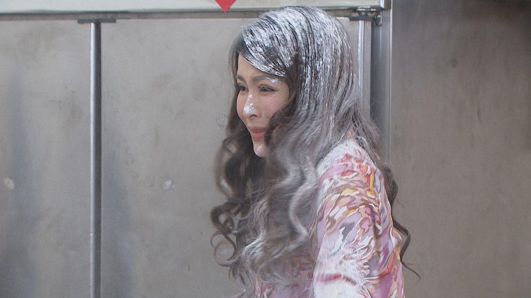 德馨在「多情城市」戲中大鬧元配家遭潑麵粉,弄得十分狼狽。圖/民視提供