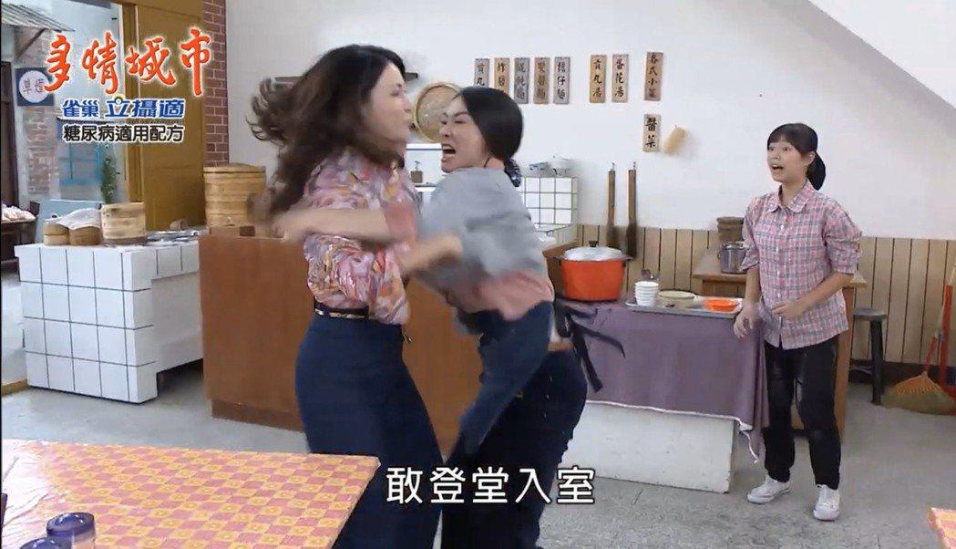 侯怡君(右)、德馨上演元配、小三大戰,雙方扭打成一團。圖/摘自youtube