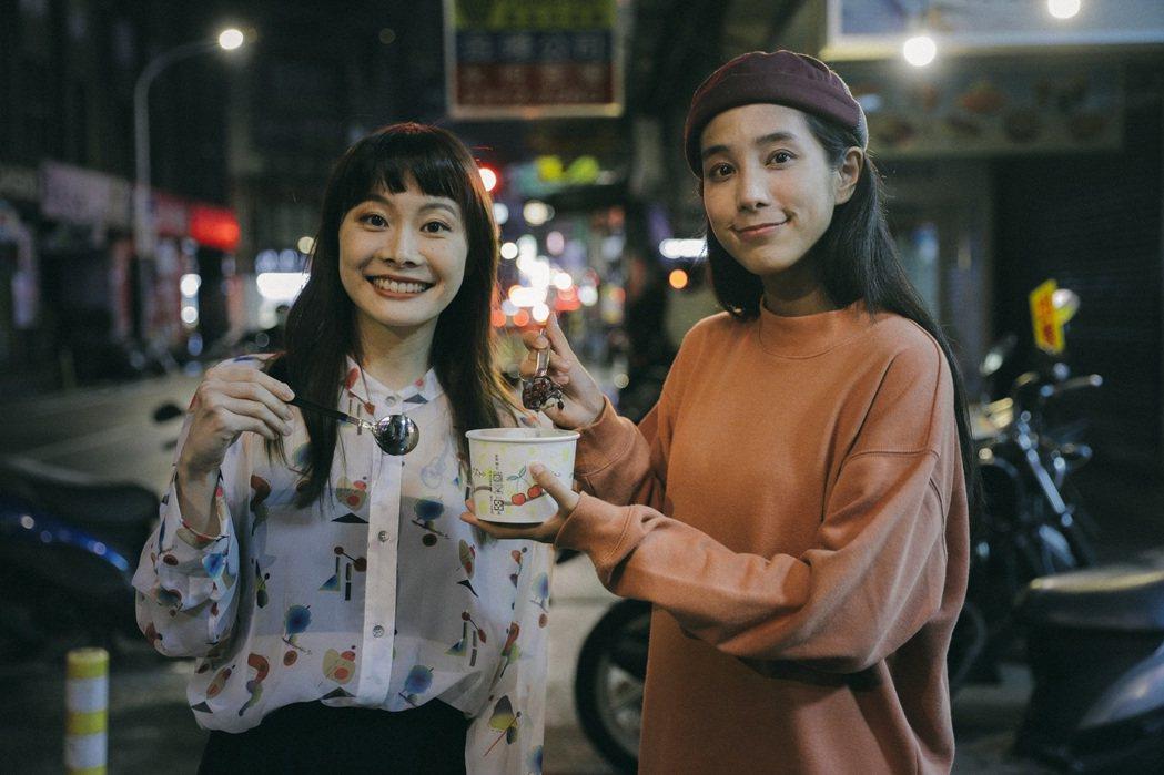 温貞菱(右)送紅豆湯探班拍攝MV的鄭宜農。圖/火氣音樂提供