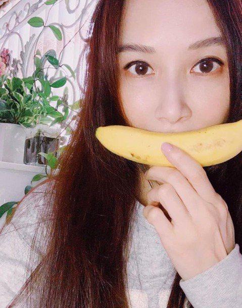 「台灣第一美女」蕭薔近年演藝事業轉往大陸發展,久未現身台灣螢光幕的她,不忘透過社群網站與粉絲博感情,除了自爆遇到開心事,還PO出一張拿著香蕉當微笑的美照祝大家都能開心笑,只是就有粉絲反應照片中的蕭薔...