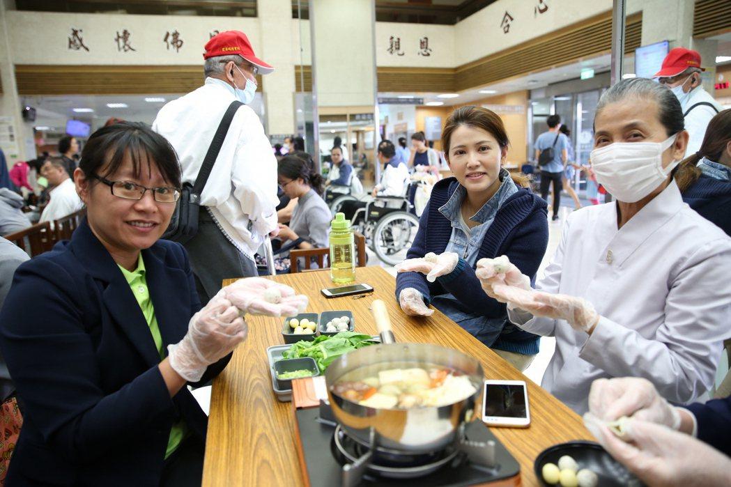 民眾一起動手DIY做豆腐起司丸子。圖/花蓮慈濟醫院提供