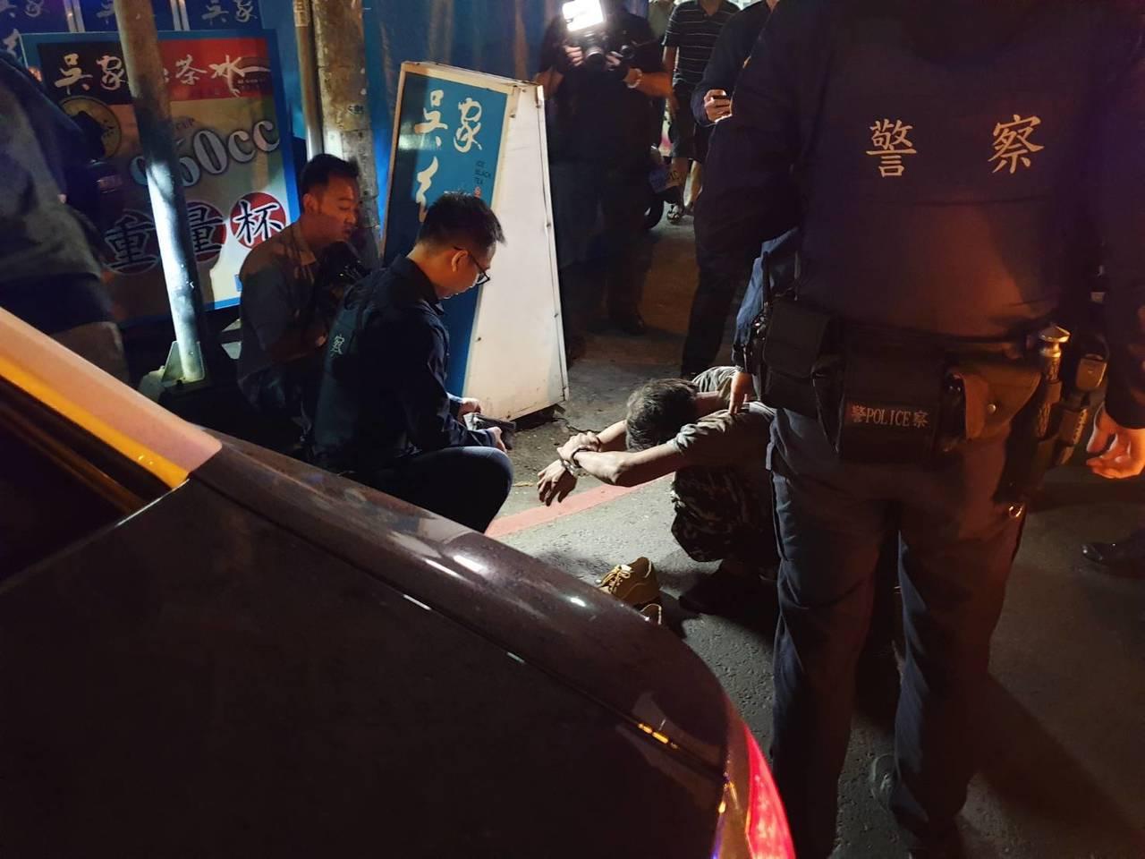 涉嫌偷竊電纜線的男子,以口罩遮住車牌被巡邏員警發現,追捕到案。記者王昭月/翻攝