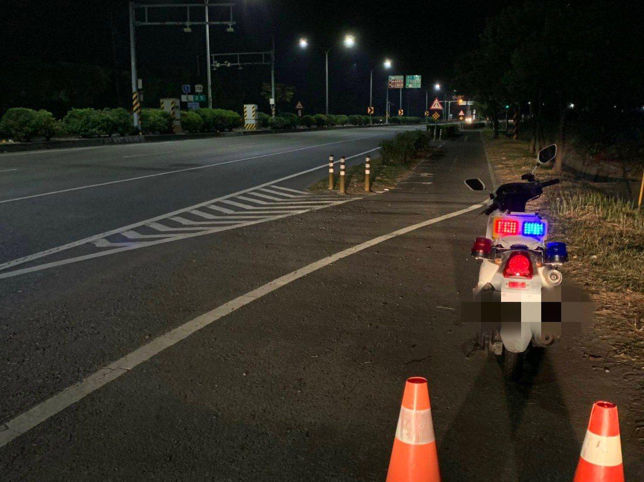 麻豆警分局夜間路邊放置爆閃燈,提醒駕駛提高注意力。記者吳淑玲/翻攝