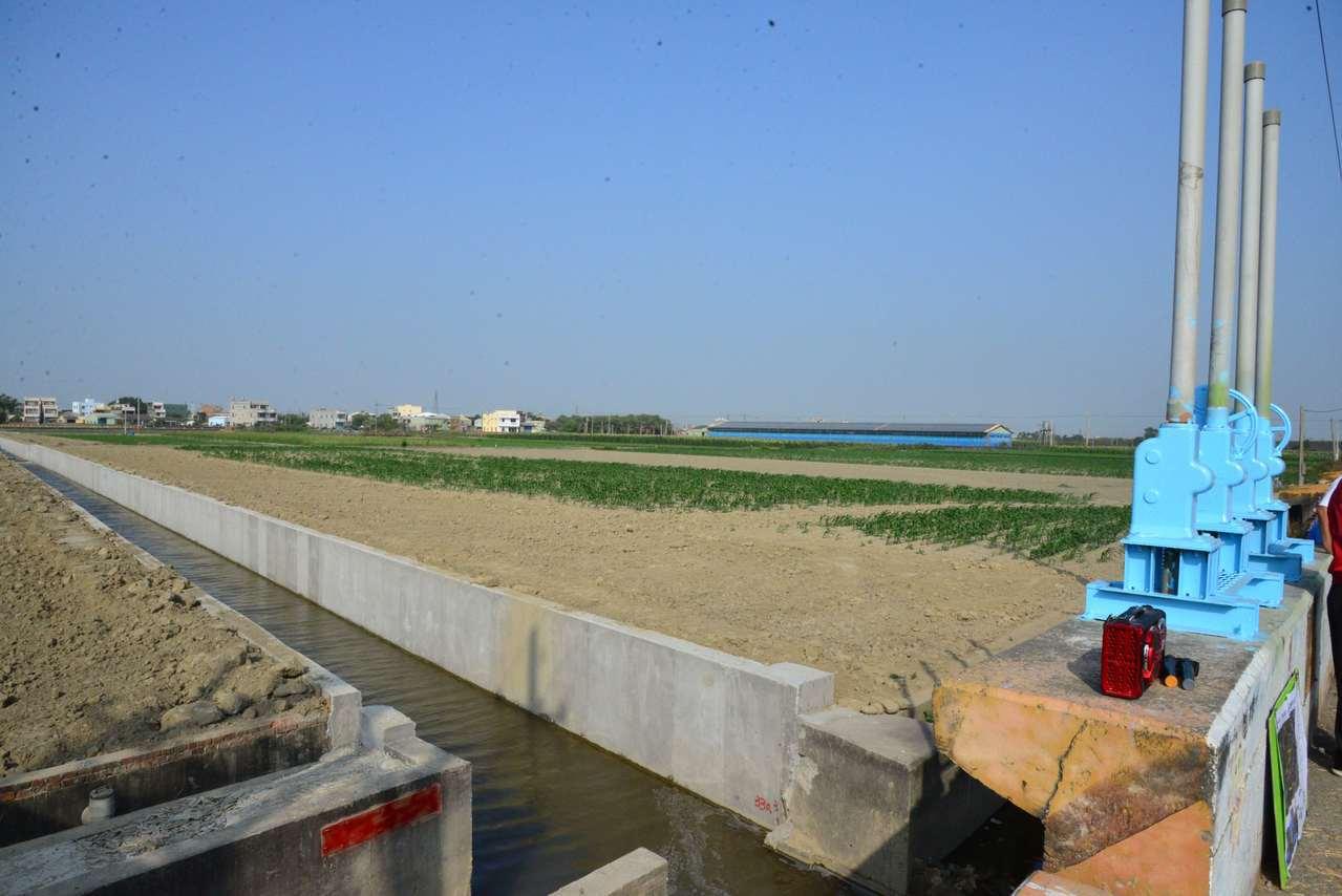 現有的簡易抽水站採重力排水方式,遇到北港溪水位上漲高於箱涵時,水常仍排不出去,。...