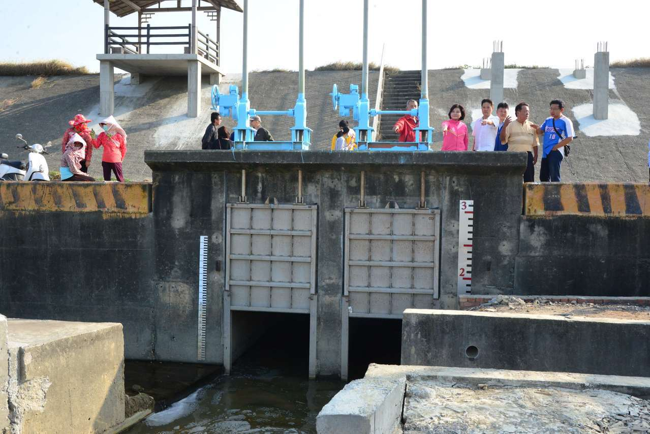 縣府將在水埔簡易抽水站旁增設2條越堤排水管路,與現有排水方式並用,雙管齊下改善當...