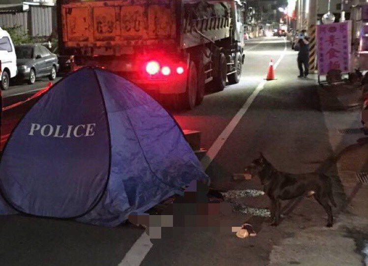 彰化縣花壇鄉李姓男子昨天傍晚被砂石車當場輾斃,他養的黑狗一直待在屍體旁,不願離去,令人鼻酸。照片/民眾提供