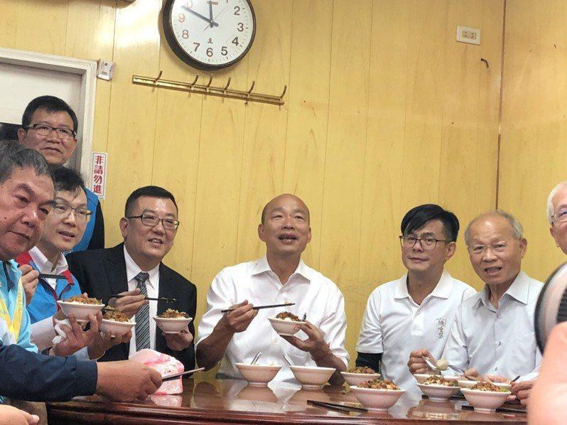參拜完城隍廟,韓國瑜隨後到旁邊的柳家滷肉飯,大嗑貢丸湯、滷肉飯,行銷新竹在地美食。記者王駿杰/攝影