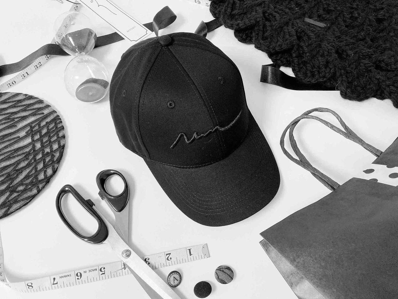 APUJAN「線與恐龍骨骸」刺繡鴨舌帽,原價2,500元,PChome24h購物...