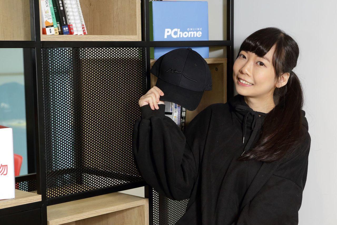 PChome24h購物為全台電商獨家開賣AUPJAN「線與恐龍骨骸」刺繡鴨舌帽。...
