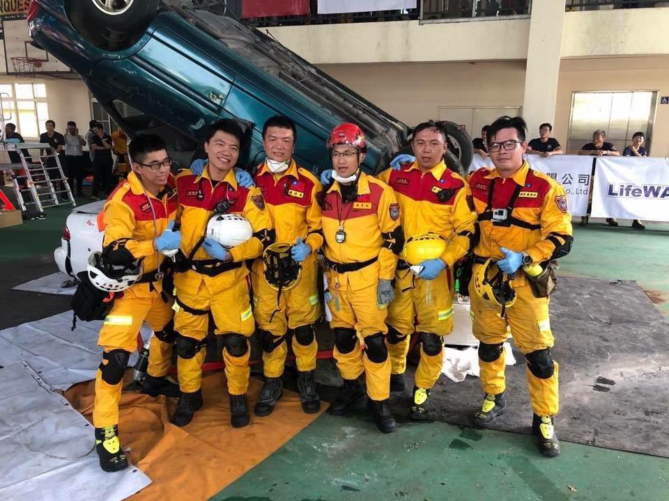 新竹市消防局參賽隊伍靠著賽前破壞30輛報廢車磨練救援技能與經驗,在16支消防機關...