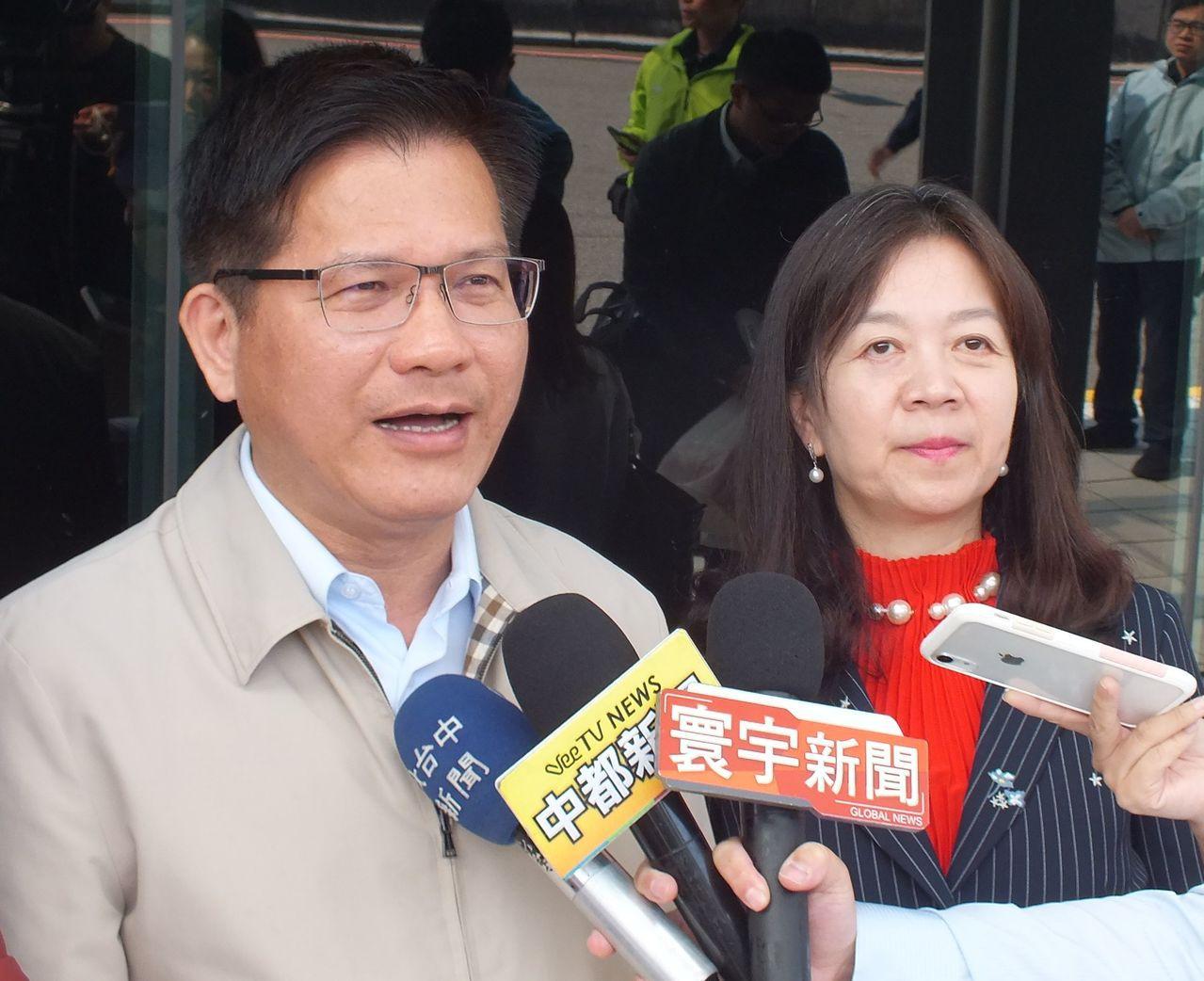 交通部長林佳龍(左)今天受訪表示,人臉辨識監控一定要謹慎,與社會做好溝通,適法性...