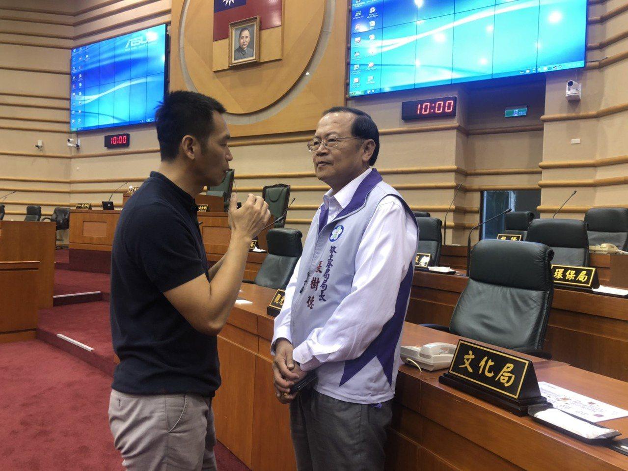 嘉義市議員鄭光宏(左)在議會結束後與嘉義市警局長張樹德討論外送員安全。記者李承穎...